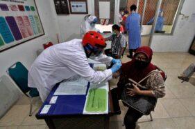 Petugas melakukan rapid test di Pasar Depok, Solo, Jumat (22/5/2020). (Espos/Muhammad Ferri Setiawan)