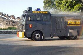 Aparat Polres Boyolali menyemprotkan cairan disinfektan di jalan protokol kabupaten tersebut, Senin (25/5/2020) pagi. (Istimewa/Polres Boyolali)