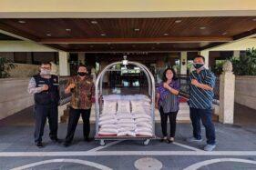 Jajaran Manajemen The SUnan Hotel membagikan sembako untuk warga Solo. (Istimewa/The Sunan Hotel Solo)