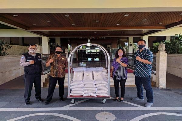 Peduli Sesama, The Sunan Hotel Solo Bagi-Bagi Bansos