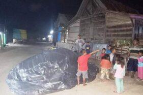 Balon udara yang jatuh di depan rumah warga Dusun Sarip, Karangasem, Kecamatan Wirosari, Kabupaten Grobogan, Minggu (31/5/2020) malam. (Istimewa/Kecamatan Wirosari)
