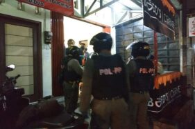 Petugas gabungan melakukan penertiban pedagang kaki lima dan tempat hiburan malam dalam pemberlakukan jam malam di Kabupaten Wonosobo guna mencegah penyebaran virus corona. (Antara-Dinas Kominfo Kabupaten Wonosobo)