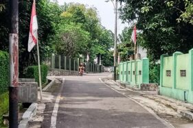 Para warga di lingkungan Kelurahan Plumbungan, Karangmalang, Sragen, memasang bendera merah putih untuk peringatan Hari Lahir Pancasila, Senin (1/6/2020). (Solopos/Tri Rahayu)