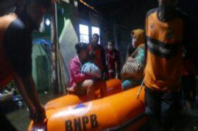 Petugas Badan Penaggulangan Bencana Daerah (BPBD) Kota Pekalongan sedang melakukan proses evakuasi korban banjir rob, Selasa (2/6/2020). (Antara-Diskominfo Kota Pekalongan)