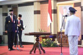 Gubernur Jateng Ganjar Pranowo melantik langsung Pelaksana Tugas Bupati Jepara Dian Kristiandi. (Antara-Humas Pemprov Jawa Tengah)