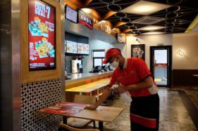 Wanita Solo Ini Sudah Rindu Makan di Restoran Cepat Saji dan Kafe, Kamu?