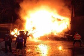 Tim pemadam kebakaran memadamkan gudang ban di jalur jalan pantura Kudus-Pati, Desa Tenggeles, Kecamatan Mejobo, Kabupaten Kudus, Jawa Tengah yang terbakar, Rabu (3/6/2020) malam. (Antara -BPBD Kudus)