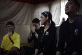 Juru Kunci Alas Ketonggo Srigati bersama artis Sara Wijayanto, Demian Aditya, dan sang adik Wisnu Hardana. (Youtube—Sara Wijayanto)