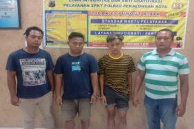 Dua pelaku pembobol warung makan digelandang dua anggota Satreskrim Polresta Pekalongan. (Antara-Polsek Pekalongan Selatan)