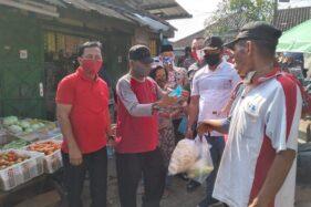 Ketua DPRD Boyolali, S. Paryanto (trngah), mendatangi Pasar Dibal, Minggu (7/6/2020). Dia mengimbau warga Pasar Dibal untuk selalu mengenakan msker. (Solopos/Bayu Jatmiko Adi)