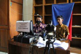 Petugas melakukan pelayanan perekaman data KTP-el di kantor Disdukcapil Klaten, Selasa (2/6). Jumlah warga yang mengakses pelayanan Adminduk di Dukcapil bakal dibatasi 100 orang/hari. (Espos/Taufiq Sidik Prakoso)