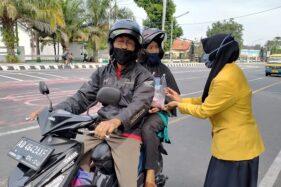 Mahasiswa Apeka Karanganyar membagikan paket susu dan telur kepada pengendara yang berhenti di lampu lalu lintas di perempatan Cangakan pada Senin (1/6/2020). (Istimewa/Dokumentasi Apeka Karanganyar)