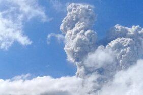 Kolom asap akibat erupsi Merapi yang terpantau di Desa Tlogolele, Selo, Boyolali, Minggu (21/6/2020). (Istimewa/Sekdes Tlogolele)