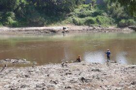 Kondisi air Sungai Bengawan Solo terlihat berbeda yang diduga tercemar limbah pabrik. Foto diambil Minggu (21/6/2020). (Indah Septiyaning W./Solopos)