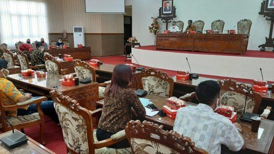 Mantan karyawan PD BKD Sukoharjo saat audiensi dengan DPRD setempat terkait kejelasan nasib status dan hak pesangon di ruang rapat B Gedung DPRD Sukoharjo, Kamis (25/6/2020). (Solopos/Indah Septiyaning W.)