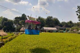 Dua orang anak menaiki wahana kereta gantung di Taman Bantaran Kali Poyo di Desa Banaran, Kecamatan Geger, Kabupaten Madiun, Rabu (24/6/2020). (Abdul Jalil/Madiunpos.com)