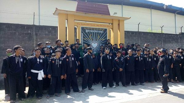Tolak Pembongkaran, Ratusan Warga PSHT Masaran & Sidoharjo Sragen Kumpul di Depan Tugu Perguruan Silat
