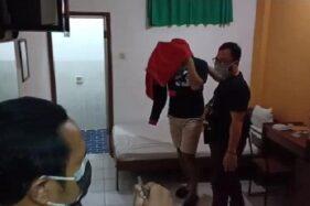 Anggota Satreskrim Polres Madiun Kota membawa dua pasangan yang diduga bukan suami istri di kamar hotel, Kamis (25/6/2020). (Istimewa)