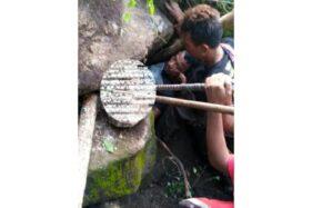 Tim SAR tiga daerah meliputi Sukoharjo, Wonogiri dan Klaten bersama Polsek Bulu mengevakuasi korban longsor bebatuan di area perbukitan di Dukuh Malangan, Desa Kedungsono, Kecamatan Bulu, Sukoharjo, Minggu (30/5/2020) malam. (Istimewa)