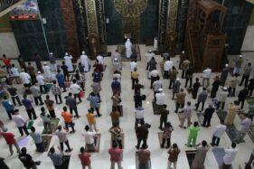 Jemaah mengikut Salat Jumat di Masjid Agung Al Aqsha Klaten dengan menjaga jarak, Jumat (5/6/2020). Salat Jumat tersebut menjadi Salat Jumat perdana setelah dua bulan ditiadakan menyusul pandemi Covid-19. (Espos/Taufiq Sidik Prakoso)