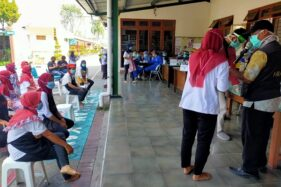 Sejumlah karyawan pabrik rokok Sampoerna Madiun mengantre untuk menjalani rapid test massal yang diselenggarakan Pemkab Madiun, Kamis (4/6/2020). (Istimewa/Pemkab Madiun)