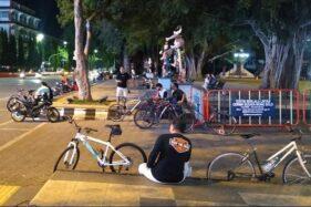 Anak-anak dan remaja berkumpul dan bergerombol di depan Balai Kota Solo, Kamis (4/6/2020) sore. (Solopos/Mariyana Ricky PD)