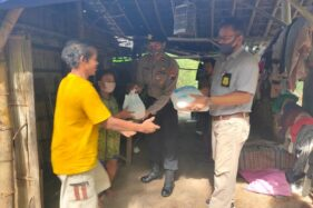 Aparat Polsek Wonogiri Kota menyerahkah bantuan kepada keluarga Karni di rumah Karni, tepi Alas Kethu Wonogiri, Selasa (2/6/2020). (Istimewa)