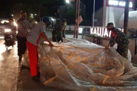 Aparat polisi dibantu TNI dan warga mengevakuasi balon udara yang jatuh di kompleks SPBU Kalijambe, Sragen, Jumat (5/6/2020) malam. (Istimewa/Polsek Kalijambe)