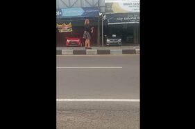 Wanita Cantik Singkirkan Benang Layangan di Jalan Kartasura Sempat Dikira Sedang Main Layang-Layang