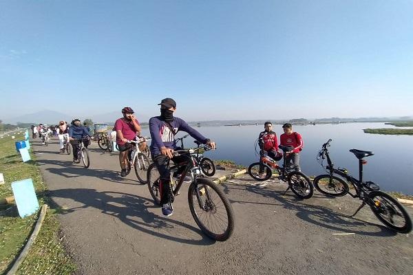 Warga bersepeda di Waduk Cengklik, Kecamatan Ngemplak, Boyolali, Sabtu (13/6/2020). (Solopos-Bayu Jatmiko Adi)