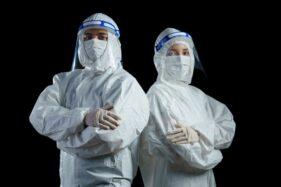 Ilustrasi petugas medis menangani virus corona (Covid-19). (Freepik)