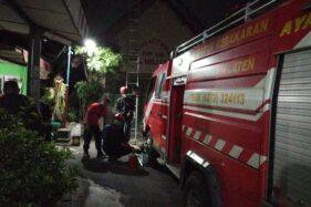 Warga Resah, Sarang Tawon di Gedung RW 008 Mojayan Klaten Disikat