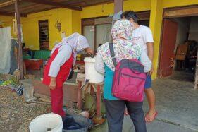 Camat Colomadu, Eko Budi Hartoyo, bersama Puskesmas Colomadu I dan II memeriksa kondisi bak air yang ada di rumah warga Sabtu (6/6/2020). (Istimewa/Pemerintah Kecamatan Colomadu)