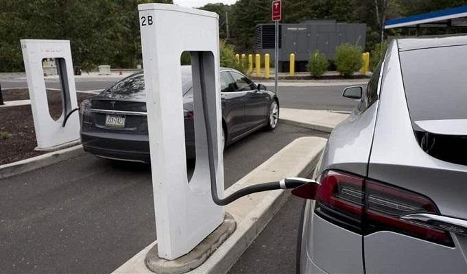 Ilustrasi mengisi daya mobil listrik. (sputnik)