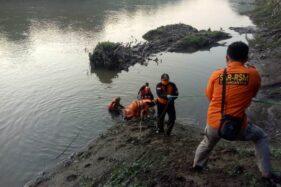 Tim SAR mengevakuasi jenazah satpam Sugiyanti di tepi Sungai Bengawan Solo wilayah Sribit, Kecamatan Sidoharjo, Sragen, Kamis (4/6/2020) pagi. (Istimewa-relawan)