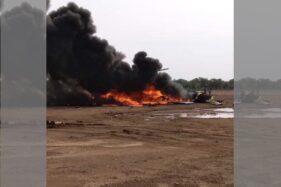Helikopter TNI AD yang jatuh di Kawasan Industri Kendal, Sabtu (6/6/2020) sore. (Twitter/@zulfikaralex)