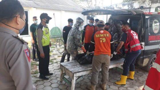Jasad Sugiyanti, 33, satpam PT PAN Brothers dibawa ke ambulans, Kamis (4/6/2020). (Istimewa-Polres Sragen)