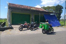 Pengendara sepeda motor melintas di depan tempat karaoke di Taji, Juwiring, Klaten, Jateng, Kamis (4/6/2020). (Solopos/Ponco Suseno)