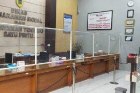 Sekat antara pengunjung dan petugas dipasang di kantor Dinas Penanaman Modal dan Perizinan Terpadu Satu Pintu (DPMPTSP) Klaten seiring pemkab mulai memberlakukan kenormalan baru di tingkat pemerintahan. Foto diambil Senin (1/6/2020). (Istimewa)