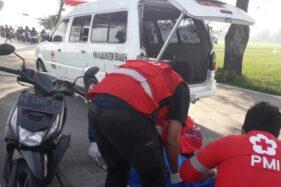 Sukarelawan dari PMI Sragen dan PSC 119 Sragen mengevakuasi korban kecelakaan maut di Ring Road Utara Sragen, Sabtu (6/6/2020). (Istimewa-PMI Sragen)