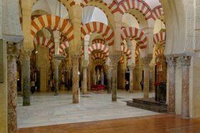 Interior dari Masjid Kordoba, satu mahakarya dari Arsitektur Dinasti Umayyah di Spanyol. (Wikipedia.org)