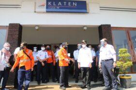 Menteri Perhubungan (Menhub) RI, Budi Karya Sumadi, bersama rombongan saat meninjau Stasiun Klaten, Jumat (26/6/2020). (Istimewa)