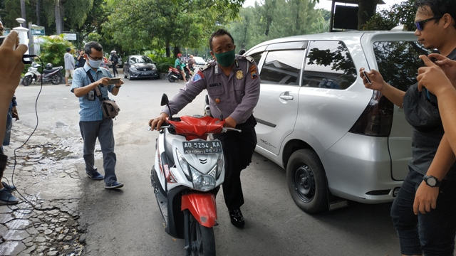 Hendak Menyeberang, Nenek-Nenek Tertabrak Motor di Manahan Solo