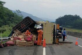 Truk terguling setelah terlibat kecelakaan di jalan tol Solo-Semarang, Salatiga, Rabu (3/6/2020). (Istimewa)