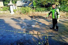 Petugas Satlantas Polres Wonogiri mengolah tempat kejadian perkara (TKP) kecelakaan lalu lintas tunggal di ruas jalan Kutukan Kulon, Sendangrejo, Baturetno, Wonogiri, Minggu (7/62020). Perempuan warga Pringkukuh, Pacitan, Jawa Timur, Mulyani, 43, meninggal dunia setelah terjadi dari sepeda motor yang diboncenginya, Sabtu (6/6/2020) petang. (istimewa/Satlantas Polres Wonogiri)