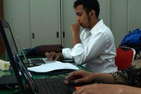 Salah satu mahasiswa Nanjing University, Tiongkok, asal Boyolali, mengikuti ujian skripsi secara online di Kantor Disdikbud Boyolali, belum lama ini. (Istimewa)