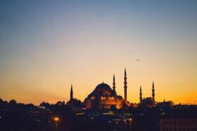 Boleh Enggak Membersihkan Masjid Pakai Alkohol? Ini Jawabannya