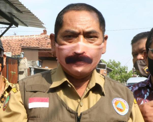 Wali Kota Solo FX Hadi Rudyatmo dengan masker kumisnya. (Solopos-Mariyana Ricky P.D.)