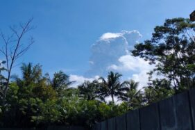 Penampakan asap akibat erupsi Merapi, Minggu (21/6/2020). (Twitter/@TRCBPBDDIY)