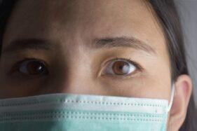 Wanita melindungi wajah dengan masker. (Freepik)